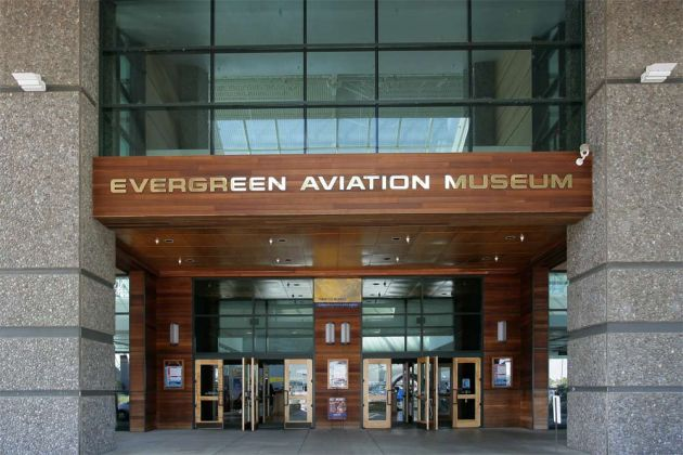 Der Haupteingang zum Evergreen Aviation Museum